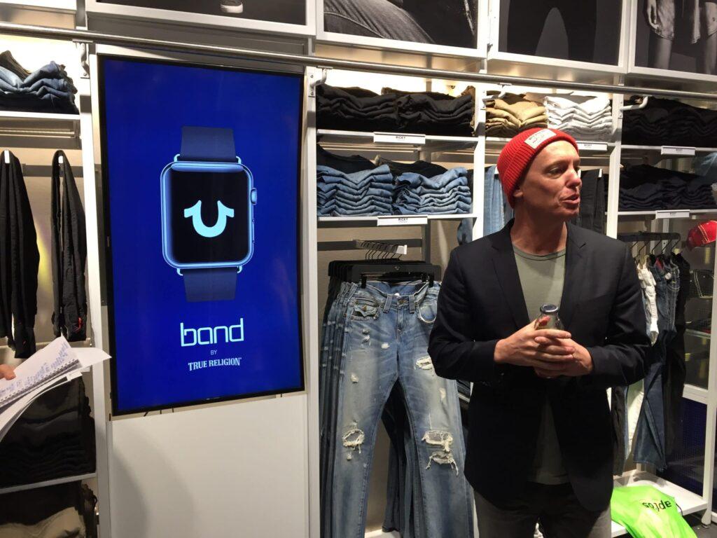 På True Religion i New York gjorde CTO:n en stor sak av att det gick att ändra budskapet på digitala skärmar butiken genom expediternas Apple Watcher.
